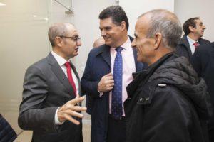 Pedro Pisonero charla con compañeros de las entidades financieras