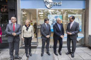 Autoridades a las puertas de la nueva oficina de Iberaval en Logroño