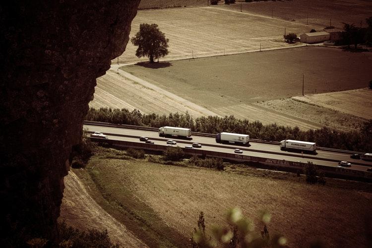 Grupo de camiones en carretera
