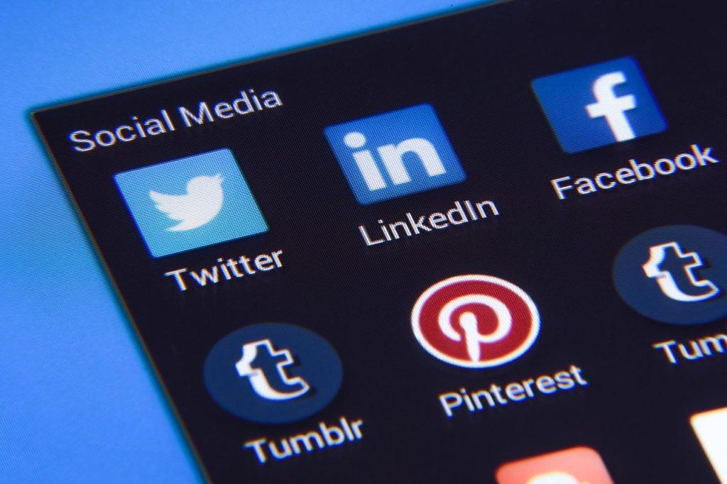 Imagen de un móvil con las apps de social media