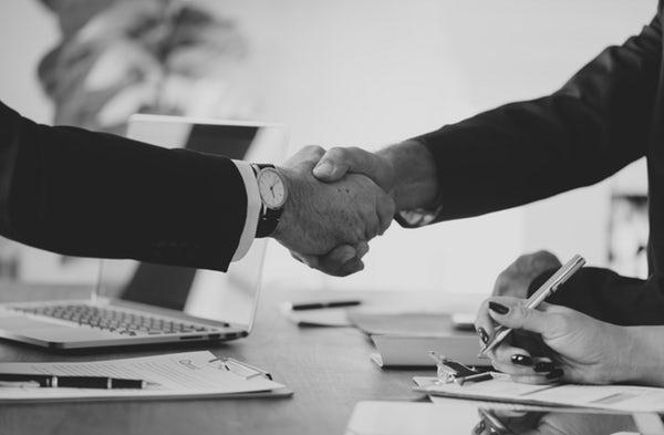 Dos empresarios se dan la mano