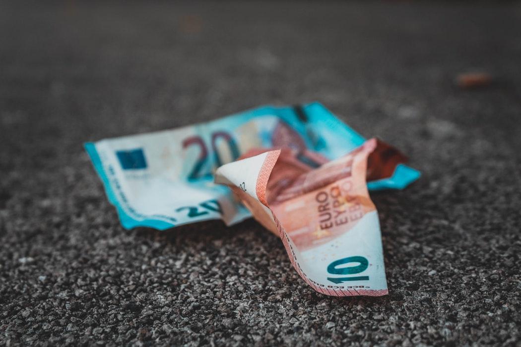 Dinero en el asfalto