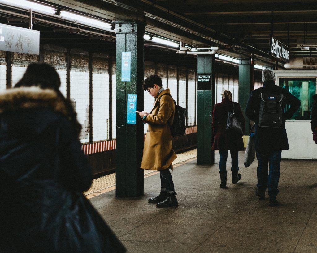 Joven mira el móvil