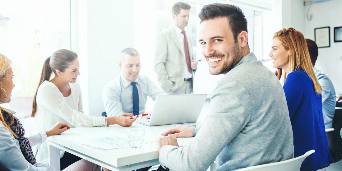 Recién contratado sonríe