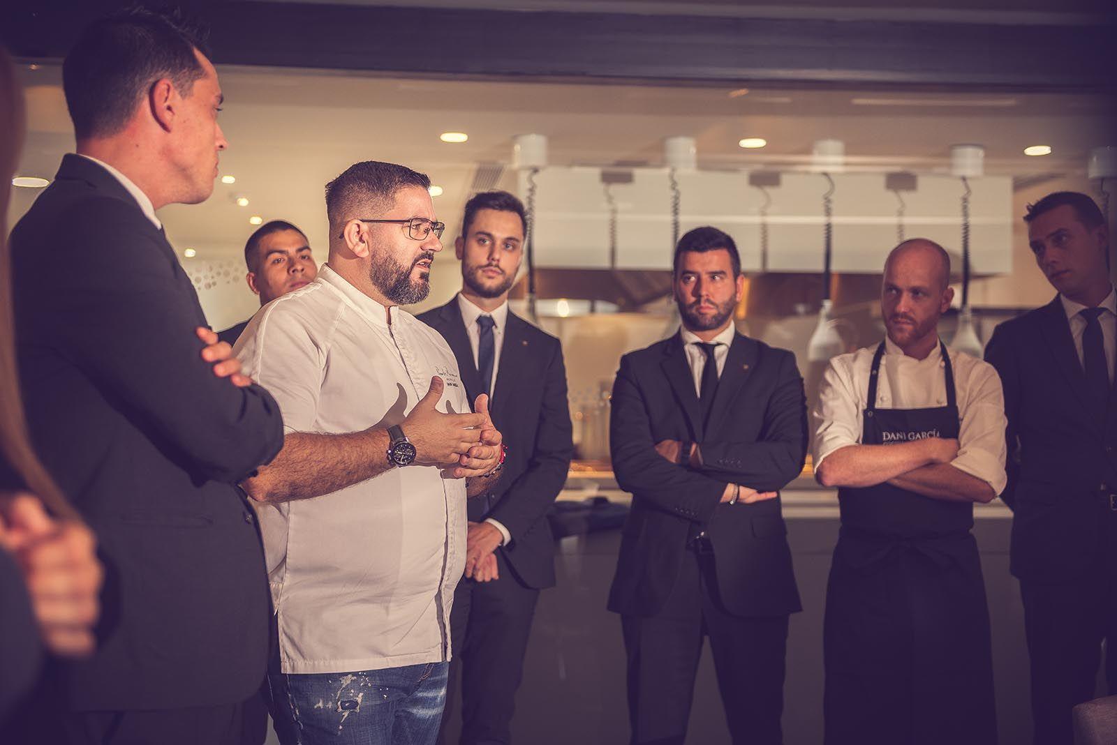 El cocinero Dani García, tres estrellas Michelin, con su equipo