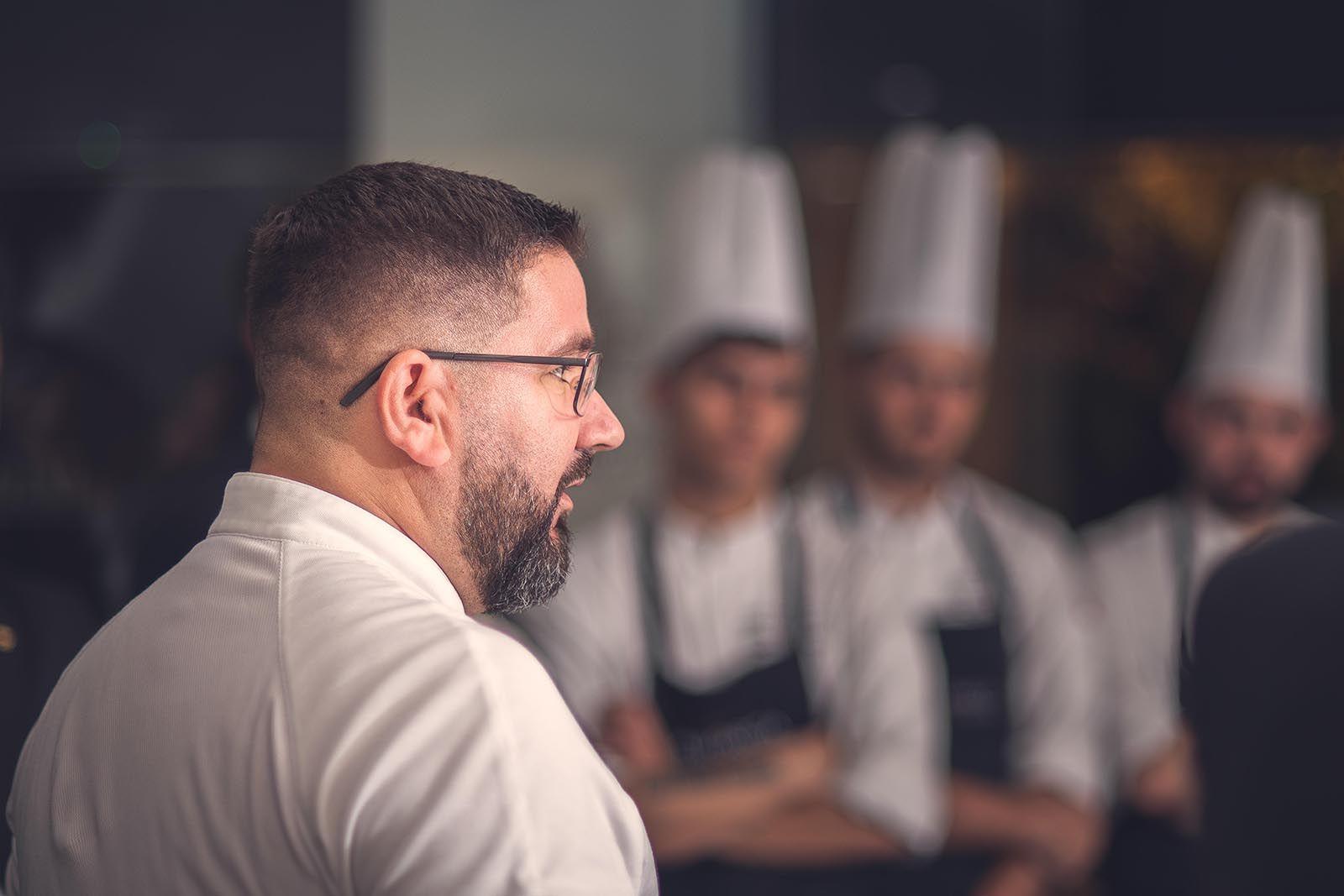 El cocinero Dani García, tres estrellas Michelin, entre fogones