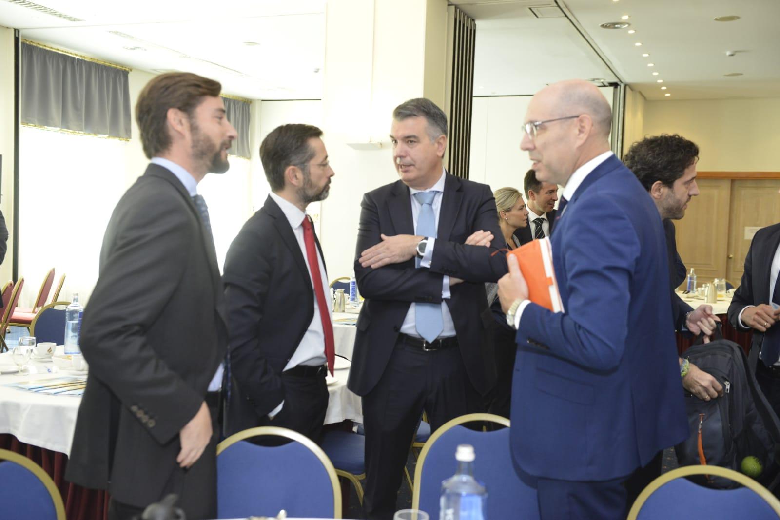 Empresarios asistentes charlan con Martín Tobalina