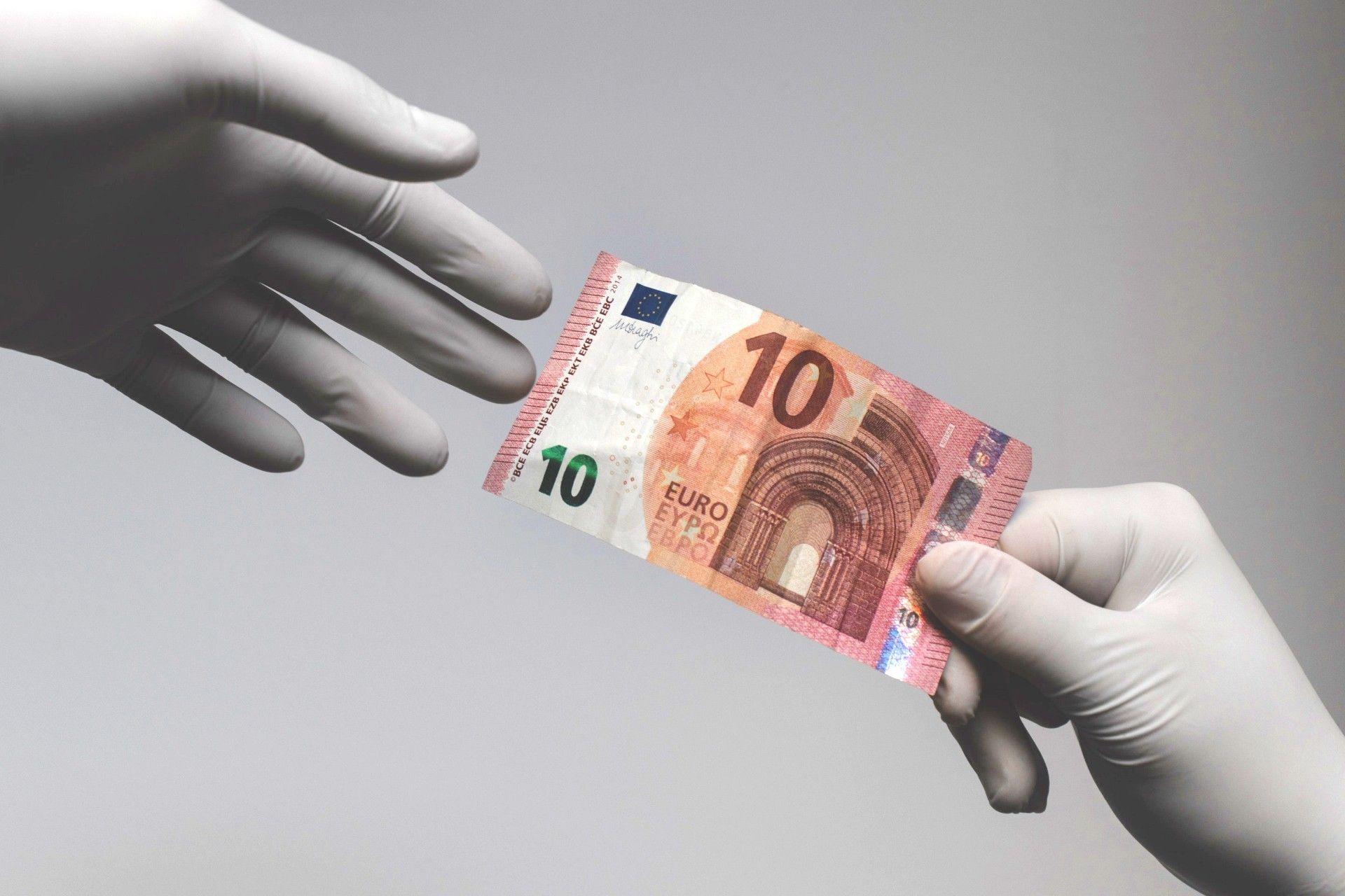 Dos manos se entregan un billete