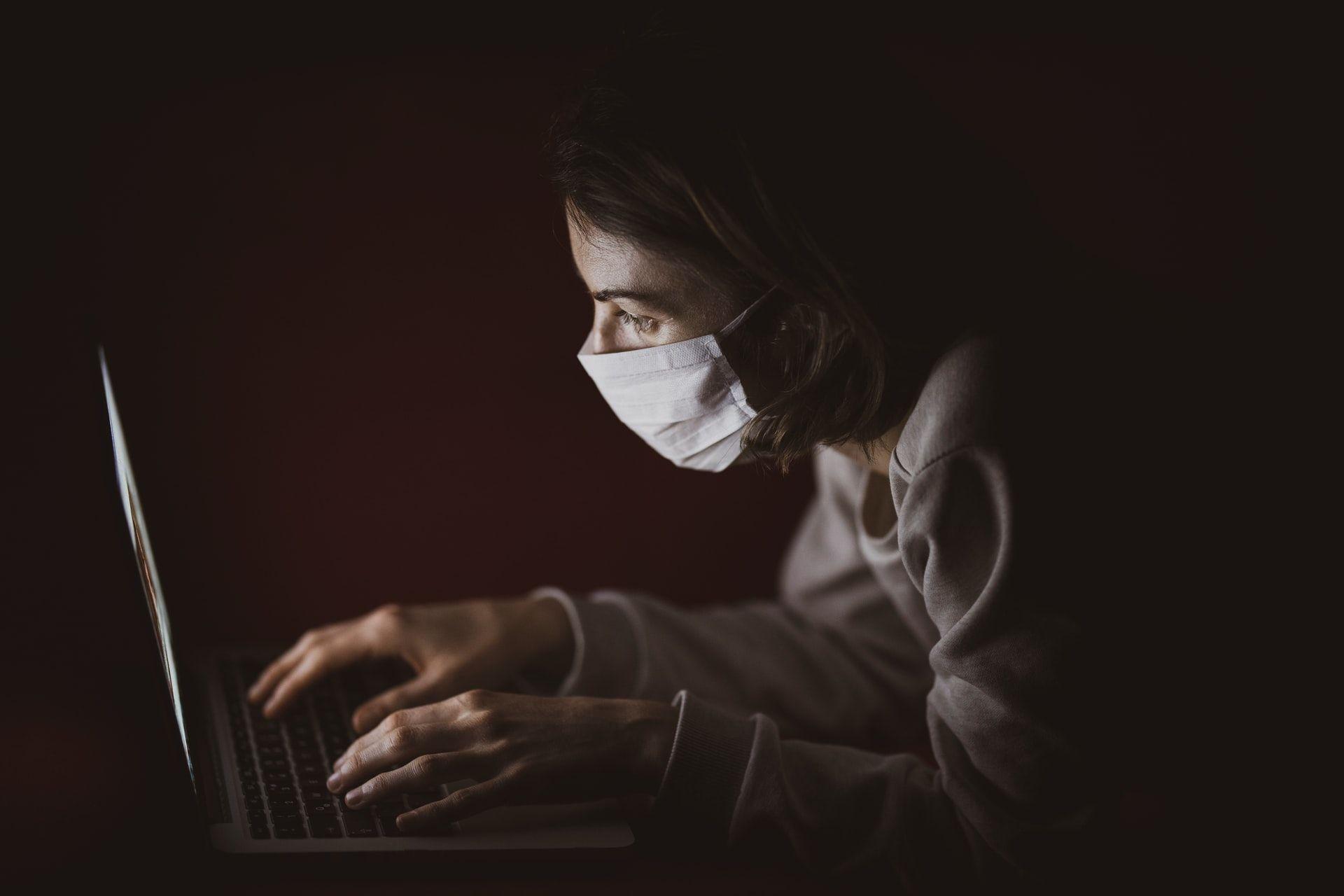 Mujer trabajando con mascarilla