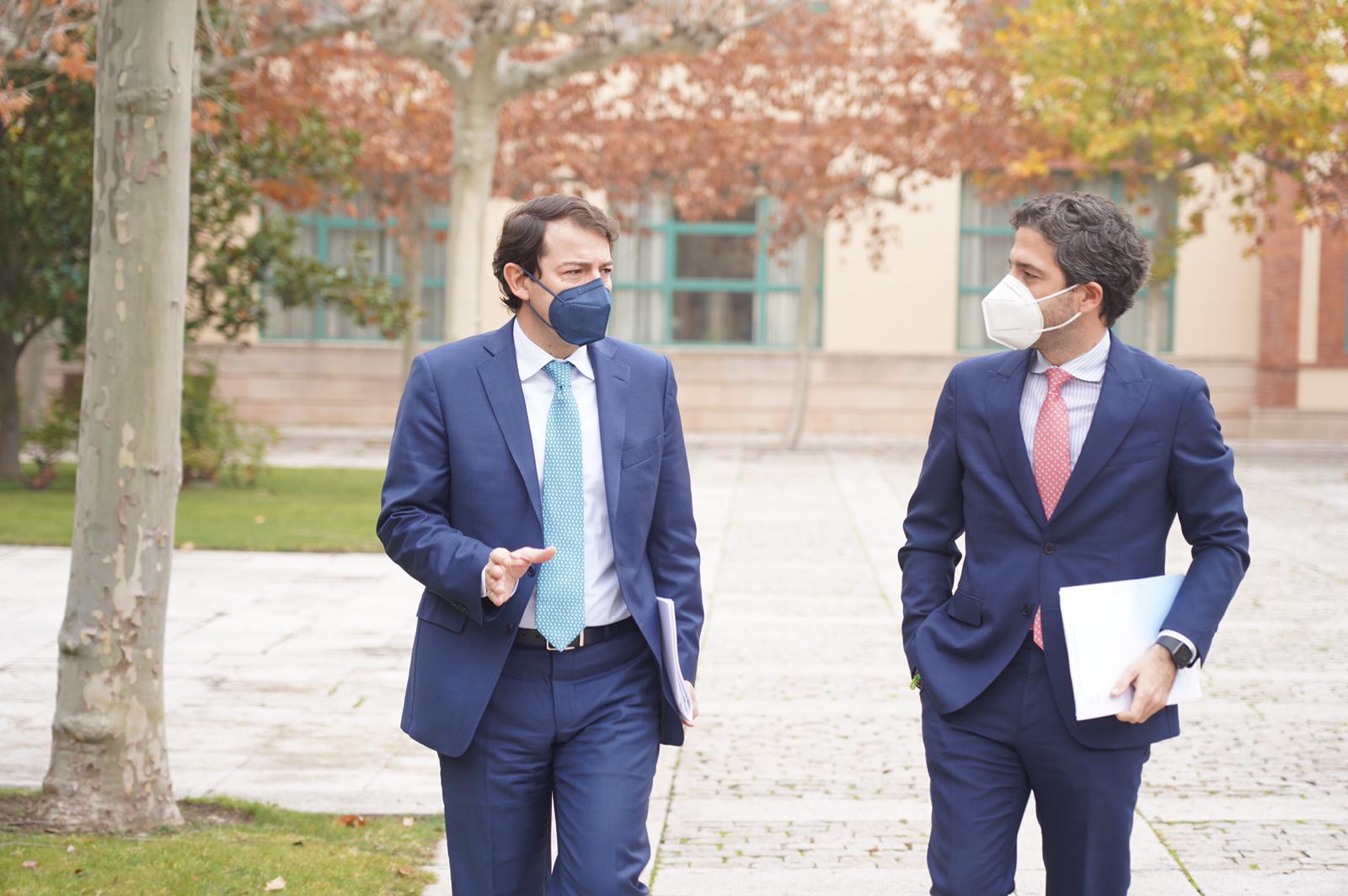 El presidente de Castilla y León, Alfonso Fernández Mañueco, junto al presidente de Iberaval, César Pontvianne